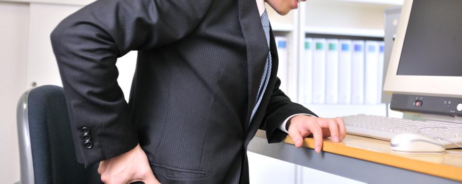 腰の痛む男性